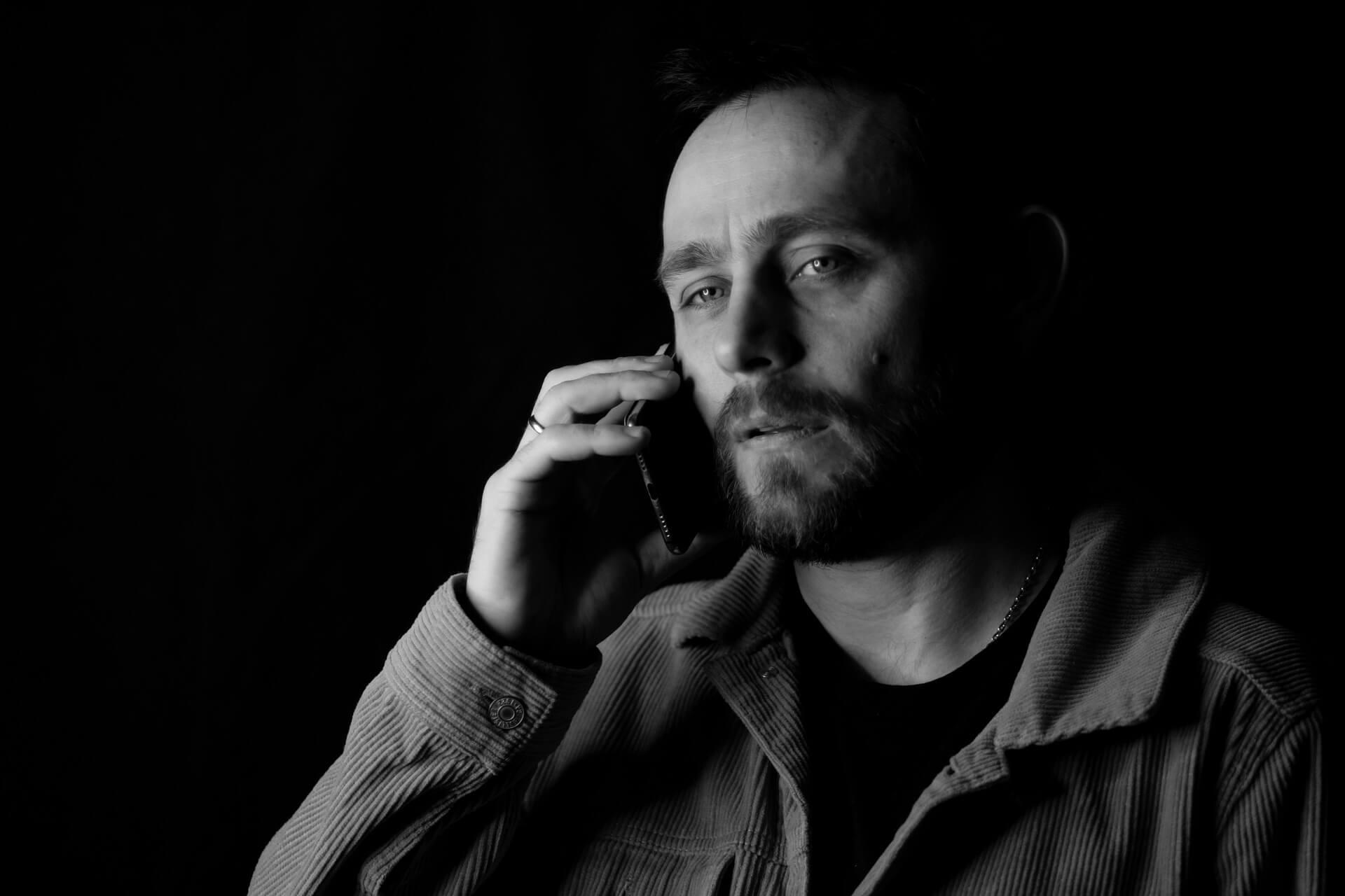 uhkapeliriippuvainen ottaa yhteyttä puhelimella